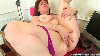 British milf Janey works her hairy pussy