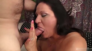 Mature brunette seems to be very experienced when it comes to sucking cock until it explodes