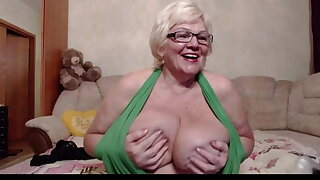 xblondebomb play with her huge tits in freechat